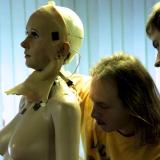 Голова Алисы - это пластиковый каркас, на нем закреплена силиконовая маска. Сервоприводы обеспечивают работу мимических мышц.